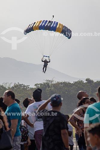 Paraquedista do grupo Falcões da Força Aérea Brasileira durante salto em comemoração dos 145 anos do nascimento de Santos Dumont na Base Aérea dos Afonsos  - Rio de Janeiro - Rio de Janeiro (RJ) - Brasil