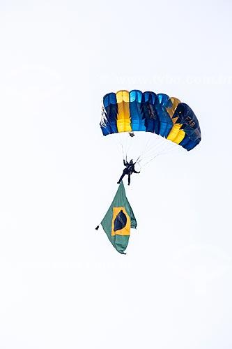 Paraquedista do grupo Falcões da Força Aérea Brasileira durante a comemoração dos 145 anos do nascimento de Santos Dumont na Base Aérea dos Afonsos  - Rio de Janeiro - Rio de Janeiro (RJ) - Brasil