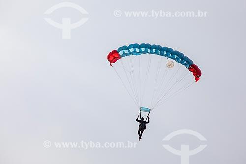 Paraquedista do grupo Cometas do Exército Brasileiro após o salto em comemoração dos 145 anos do nascimento de Santos Dumont na Base Aérea dos Afonsos  - Rio de Janeiro - Rio de Janeiro (RJ) - Brasil