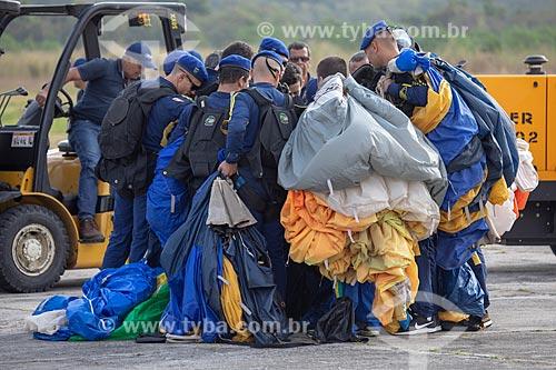 Paraquedista do grupo Falcões da Força Aérea Brasileira após o salto em comemoração dos 145 anos do nascimento de Santos Dumont na Base Aérea dos Afonsos  - Rio de Janeiro - Rio de Janeiro (RJ) - Brasil