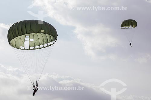 Paraquedista do Exército Brasileiro durante salto em comemoração dos 145 anos do nascimento de Santos Dumont na Base Aérea dos Afonsos  - Rio de Janeiro - Rio de Janeiro (RJ) - Brasil