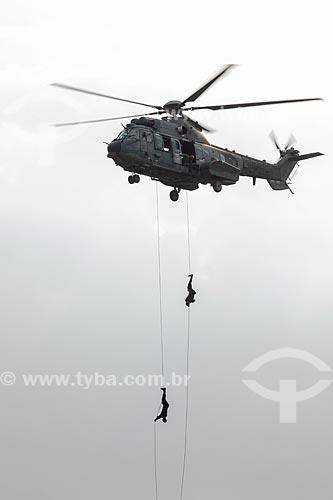 Soldados do exército fazem demonstração de rapel a partir do helicóptero Super Puma AK-34 durante a comemoração dos 145 anos do nascimento de Santos Dumont na Base Aérea dos Afonsos  - Rio de Janeiro - Rio de Janeiro (RJ) - Brasil