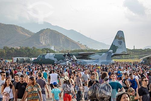 Público durante a comemoração dos 145 anos do nascimento de Santos Dumont na Base Aérea dos Afonsos com o avião Hércules da Força Aérea Brasileira ao fundo  - Rio de Janeiro - Rio de Janeiro (RJ) - Brasil