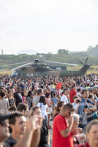 Público durante a comemoração dos 145 anos do nascimento de Santos Dumont na Base Aérea dos Afonsos com o helicóptero Super Puma CH-34 ao fundo  - Rio de Janeiro - Rio de Janeiro (RJ) - Brasil