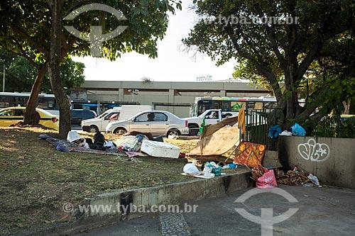 Moradores de rua ocupando parte da Avenida Radial Oeste - também conhecida como Avenida Presidente Castelo Branco  - Rio de Janeiro - Rio de Janeiro (RJ) - Brasil
