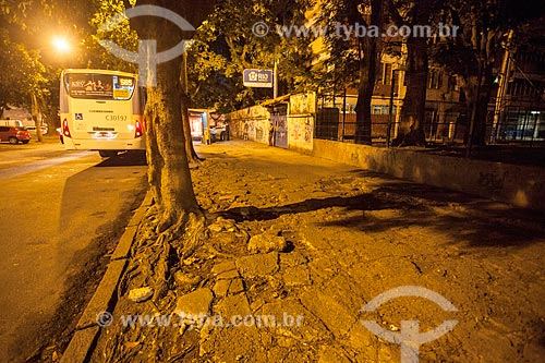 Calçada em mau estado de conservação em frente à Escola Municipal George Pfisterer  - Rio de Janeiro - Rio de Janeiro (RJ) - Brasil
