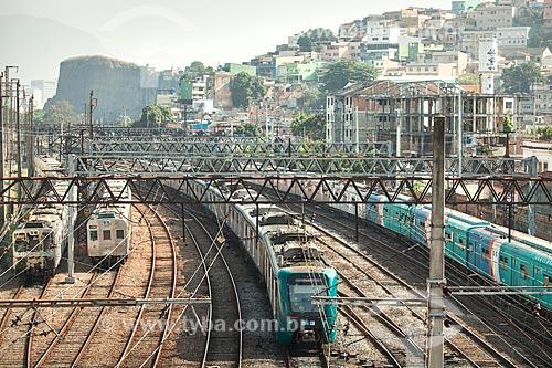 Vista de trecho da estrada de ferro da Supervia - concessionária de serviços de transporte ferroviário - com o Morro do Pinto e o Morro de São Diogo ao fundo  - Rio de Janeiro - Rio de Janeiro (RJ) - Brasil