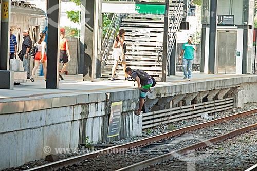 Homem subindo na plataforma da Estação Maracanã da Supervia - concessionária de serviços de transporte ferroviário  - Rio de Janeiro - Rio de Janeiro (RJ) - Brasil