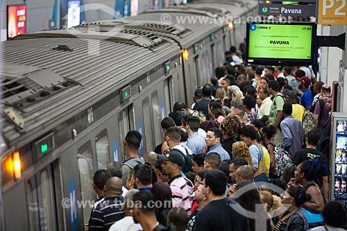 Passageiros embarcando na Estação Botafogo do Metrô Rio  - Rio de Janeiro - Rio de Janeiro (RJ) - Brasil