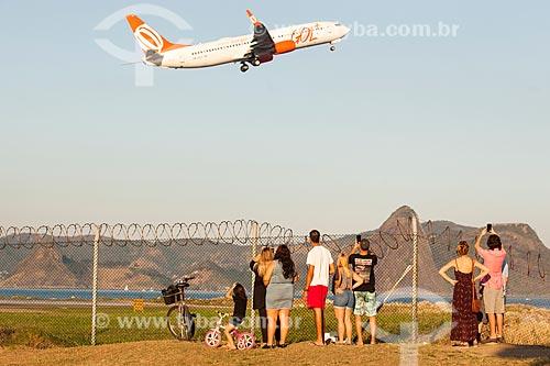 Pessoas observando avião decolar no Aeroporto Santos Dumont  - Rio de Janeiro - Rio de Janeiro (RJ) - Brasil