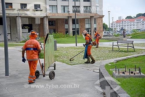 Garis podando a grama na Praça da Candelária  - Rio de Janeiro - Rio de Janeiro (RJ) - Brasil