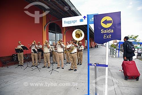 Banda marcial da Guarda Municipal tocando para passageiros no Píer Mauá  - Rio de Janeiro - Rio de Janeiro (RJ) - Brasil