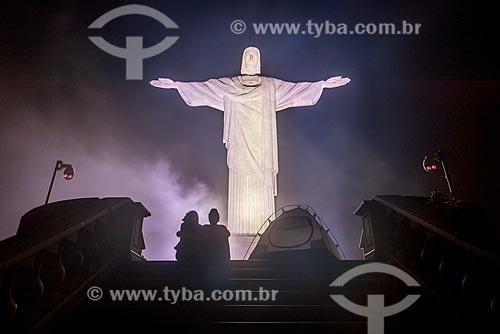 Silhueta de casal durante a noite com a estátua do Cristo Redentor (1931) ao fundo  - Rio de Janeiro - Rio de Janeiro (RJ) - Brasil