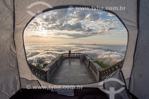 Vista do amanhecer no Cristo Redentor a partir de interior de barraca no mirante  - Rio de Janeiro - Rio de Janeiro (RJ) - Brasil