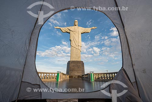 Vista do Cristo Redentor a partir de interior de barraca no mirante  - Rio de Janeiro - Rio de Janeiro (RJ) - Brasil