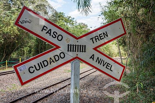 Detalhe de sinalização ferroviária bilingue do Trem Ecológico da Selva - que faz o passeio turístico dentro do Parque Nacional do Iguaçu  - Puerto Iguazú - Província de Misiones - Argentina