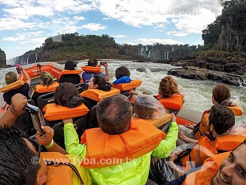 Homem fazendo uma selfie durante passeio turístico de barco no Rio Iguaçu próximo às Cataratas do Iguaçu no Parque Nacional do Iguaçu  - Foz do Iguaçu - Paraná (PR) - Brasil
