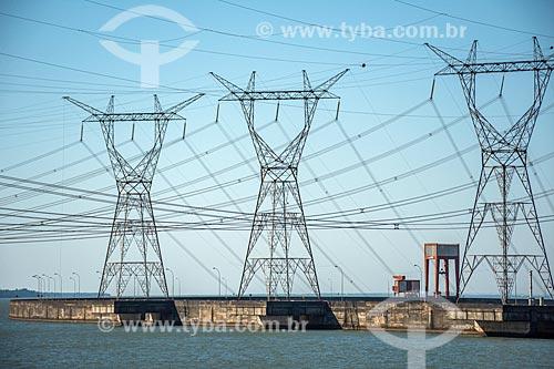 Torres de transmissão na Usina Hidrelétrica Itaipu Binacional  - Foz do Iguaçu - Paraná (PR) - Brasil