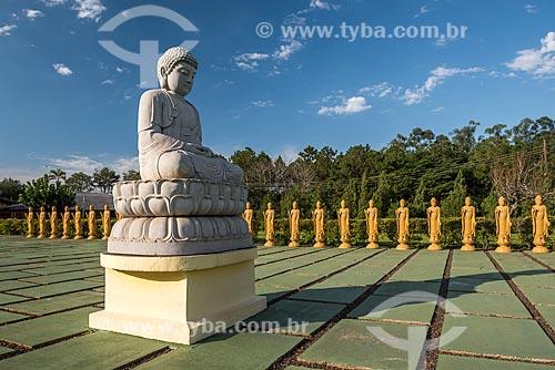 Buda Amitabha com as estátuas femininas de Bodhisattvas - seres iluminados - com a posição de uma das mãos representa boas-vindas e a outra energia positiva no Centro Budista Chen Tien  - Foz do Iguaçu - Paraná (PR) - Brasil
