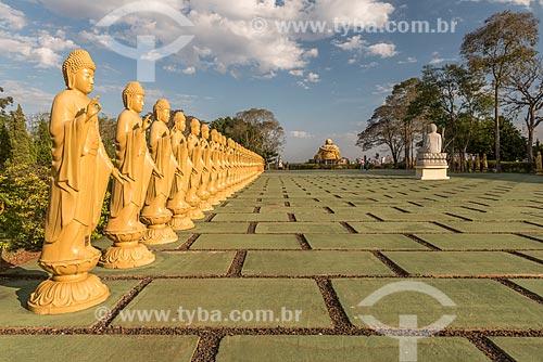 Estátuas femininas de Bodhisattvas - seres iluminados - com a posição de uma das mãos representa boas-vindas e a outra energia positiva - à esquerda - no Centro Budista Chen Tien  - Foz do Iguaçu - Paraná (PR) - Brasil