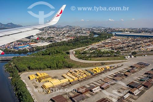Detalhe de asa de avião durante sobrevoo à área industrial próximo ao Aeroporto Internacional Antônio Carlos Jobim  - Rio de Janeiro - Rio de Janeiro (RJ) - Brasil