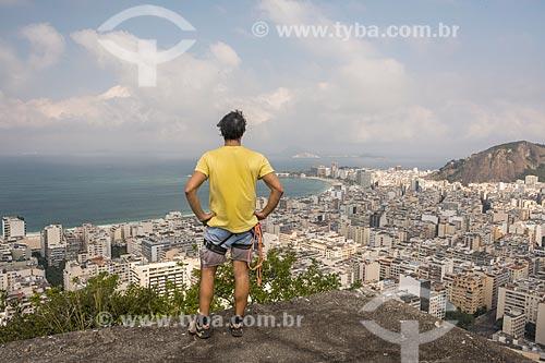 Montanhista observando a paisagem a partir do cume do Pico da Agulha do Inhangá no Parque Estadual da Chacrinha  - Rio de Janeiro - Rio de Janeiro (RJ) - Brasil