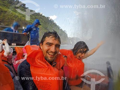 Casal fazendo uma selfie durante passeio turístico de barco no Rio Iguaçu próximo às Cataratas do Iguaçu no Parque Nacional do Iguaçu  - Foz do Iguaçu - Paraná (PR) - Brasil