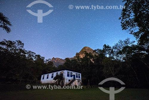 Centro de Visitantes von Martius na sede Guapimirm do Parque Nacional da Serra dos Órgãos com o Escalavrado ao fundo durante o anoitecer  - Guapimirim - Rio de Janeiro (RJ) - Brasil