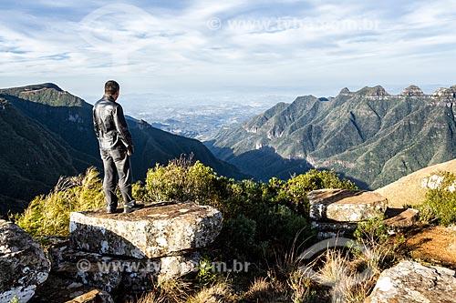 Homem observando a paisagem a partir do Cânion da Ronda na Serra do Rio do Rastro  - Lauro Muller - Santa Catarina (SC) - Brasil