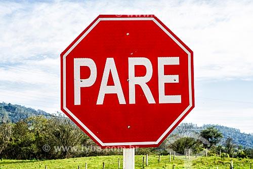 Placa com os dizeres: Pare na Rodovia SC-390 - antiga SC-438  - Lauro Muller - Santa Catarina (SC) - Brasil