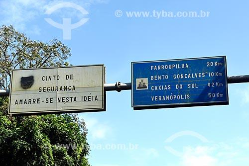 Detalhe de placa indicando o uso do cinto de segurança e de placa com a distância das cidades vizinhas na Rodovia BR-470  - Bento Gonçalves - Rio Grande do Sul (RS) - Brasil