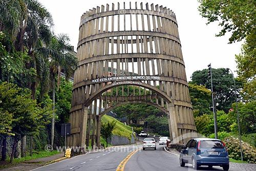 Pórtico da cidade de Bento Gonçalves (1985) -  em forma de pipa (barril)  - Bento Gonçalves - Rio Grande do Sul (RS) - Brasil