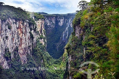 Vista do Cânion do Itaimbezinho no Parque Nacional dos Aparados da Serra com a Cachoeira Véu da Noiva ao fundo  - Cambará do Sul - Rio Grande do Sul (RS) - Brasil