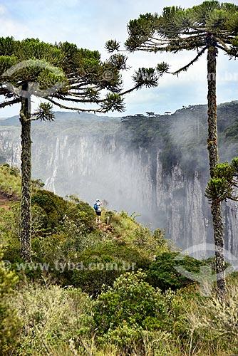 Turista fotografando com celular a paisagem do Cânion do Itaimbezinho durante a trilha do vértice  - Cambará do Sul - Rio Grande do Sul (RS) - Brasil