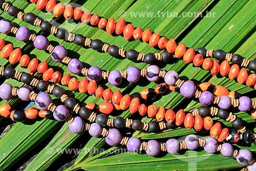 Detalhe de colares - artesanato indígena da tribo Baré da Comunidade Boa Esperança na Reserva de Desenvolvimento Sustentável Puranga Conquista  - Manaus - Amazonas (AM) - Brasil