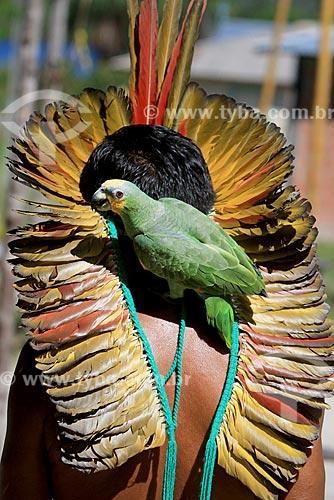 Detalhe do Cacique José Pancrácio da Silva da tribo Baré com papagaio (Amazona aestiva) na Comunidade Boa Esperança - Reserva de Desenvolvimento Sustentável Puranga Conquista  - Manaus - Amazonas (AM) - Brasil