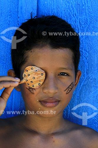 Menino da tribo Baré - Gabriel Correa Garrido - segurando artesanato indígena na Comunidade Boa Esperança - Reserva de Desenvolvimento Sustentável Puranga Conquista  - Manaus - Amazonas (AM) - Brasil