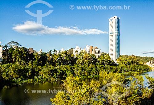 Trecho do Rio Itajai-Açu com prédios ao fundo  - Blumenau - Santa Catarina (SC) - Brasil