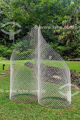 Escultura Flexo 6 (2007) por Ascânio MMM no jardim do Instituto Casa de Roberto Marinho (1939)  - Rio de Janeiro - Rio de Janeiro (RJ) - Brasil