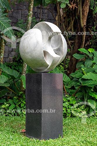 Escultura Pássaro (1969) por Bruno Giorgi no jardim do Instituto Casa de Roberto Marinho (1939)  - Rio de Janeiro - Rio de Janeiro (RJ) - Brasil