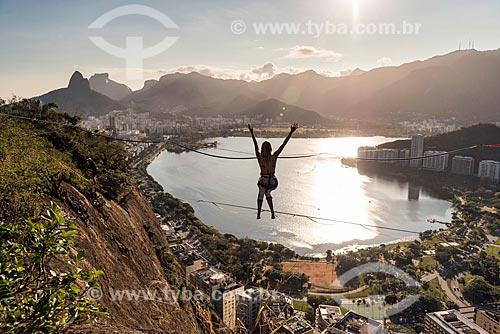 Mulher praticando slackline no Morro do Cantagalo  - Rio de Janeiro - Rio de Janeiro (RJ) - Brasil