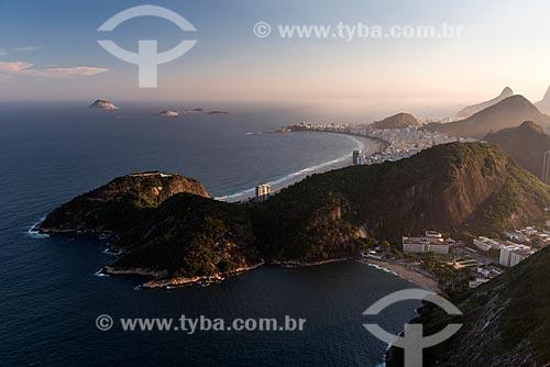 Vista do Morro da Babilônia e da Praia Vermelha a partir do Pão de Açúcar durante o pôr do sol com a Praia de Copacabana ao fundo  - Rio de Janeiro - Rio de Janeiro (RJ) - Brasil