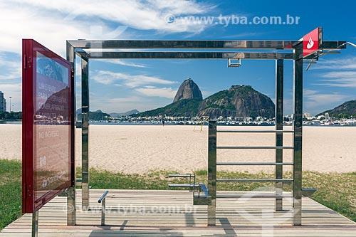 Vista de academia ao ar livre na Praia de Botafogo com o pão de Açúcar ao fundo  - Rio de Janeiro - Rio de Janeiro (RJ) - Brasil