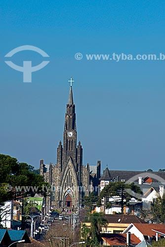 Vista da Rua Felisberto Soares com a Paróquia de Nossa Senhora de Lourdes - também conhecida como Catedral de Pedra - ao fundo  - Canela - Rio Grande do Sul (RS) - Brasil
