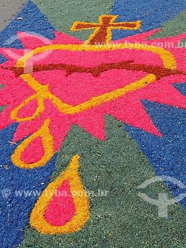 Detalhe de tapete para a procissão de Corpus Christi em frente à Paróquia de Nossa Senhora de Lourdes - também conhecida como Catedral de Pedra  - Canela - Rio Grande do Sul (RS) - Brasil