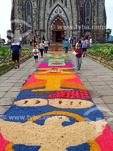 Tapetes para a procissão de Corpus Christi em frente à Paróquia de Nossa Senhora de Lourdes - também conhecida como Catedral de Pedra  - Canela - Rio Grande do Sul (RS) - Brasil