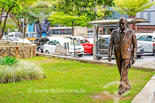Estátua de Murilo Rubião próximo à Biblioteca Pública Estadual Luiz de Bessa - também conhecida como Biblioteca da Praça da Liberdade  - Belo Horizonte - Minas Gerais (MG) - Brasil
