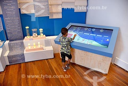 Menino interagindo com exposição no Museu Nacional - antigo Paço de São Cristóvão  - Rio de Janeiro - Rio de Janeiro (RJ) - Brasil