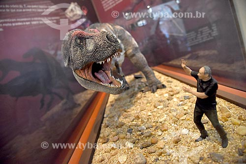 Réplica de escala entre humano e dinossauro em exibição no Museu Nacional - antigo Paço de São Cristóvão  - Rio de Janeiro - Rio de Janeiro (RJ) - Brasil