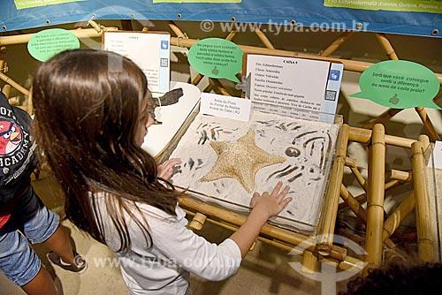 Menina interagindo com exposição no Museu Nacional - antigo Paço de São Cristóvão  - Rio de Janeiro - Rio de Janeiro (RJ) - Brasil